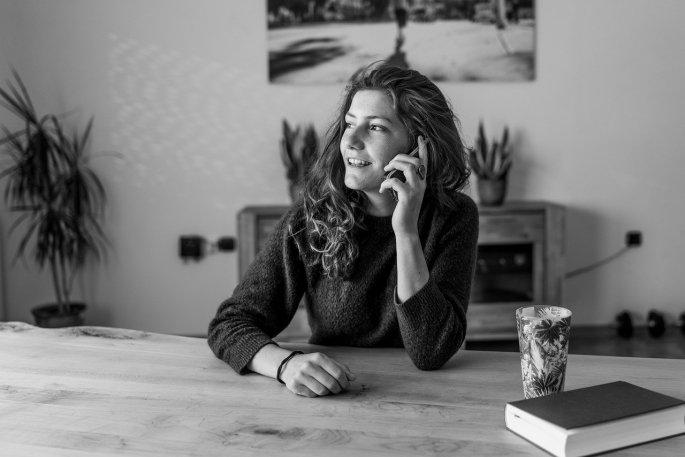 Eine Frau telefoniert mit ihrer Freundin