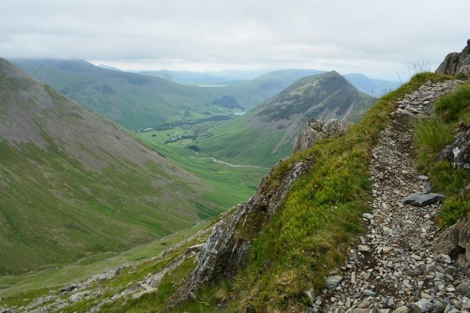 Das Bild zeigt einen Bergweg.