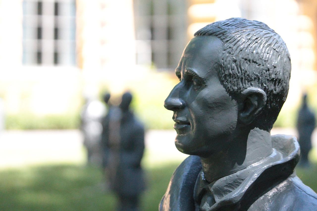 Das Bild zeigt ein Denkmal von Bertolt Brecht