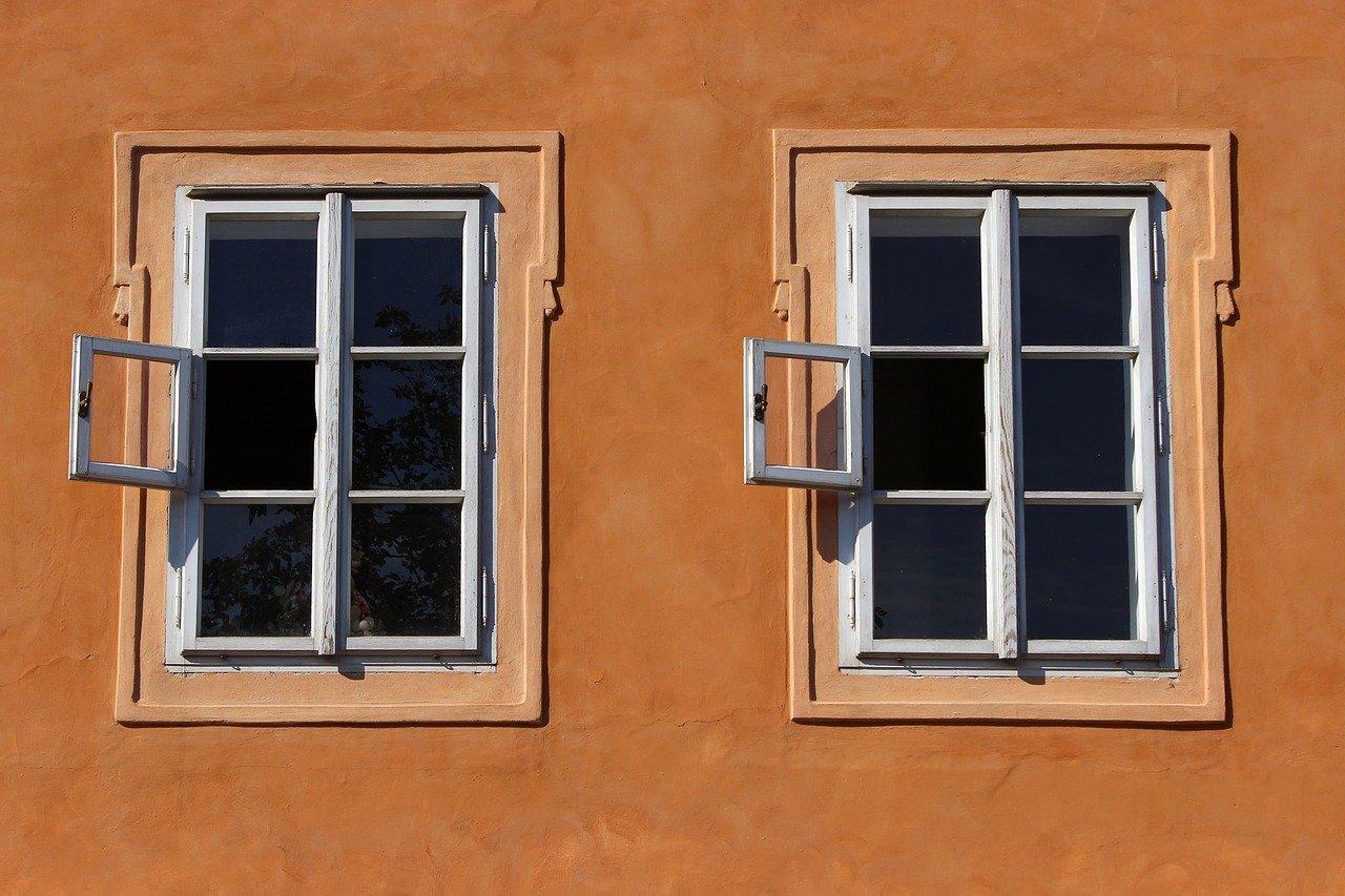 Das Bild zeigt zwei Fenster in Prag.