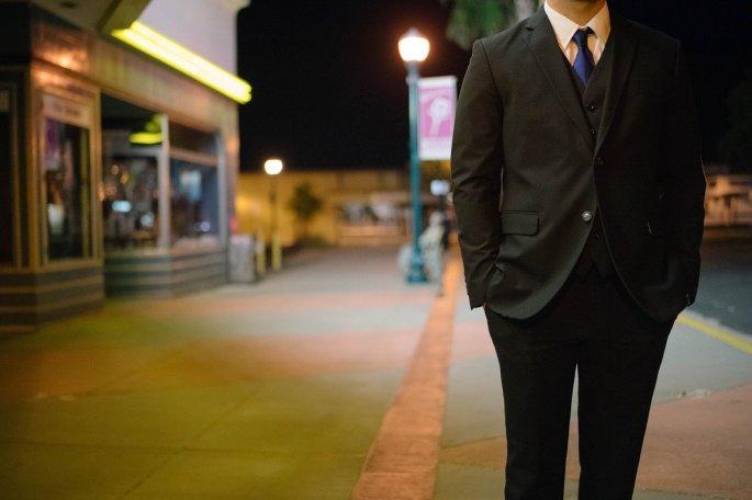Das Bild zeigt einen Mann im Anzug.