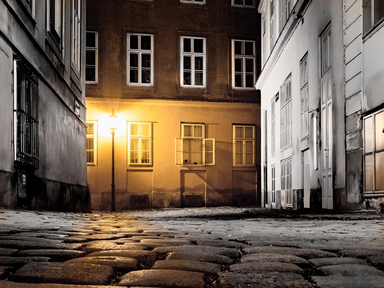 Das Bild zeigt eine nächtliche Gasse in Wien.