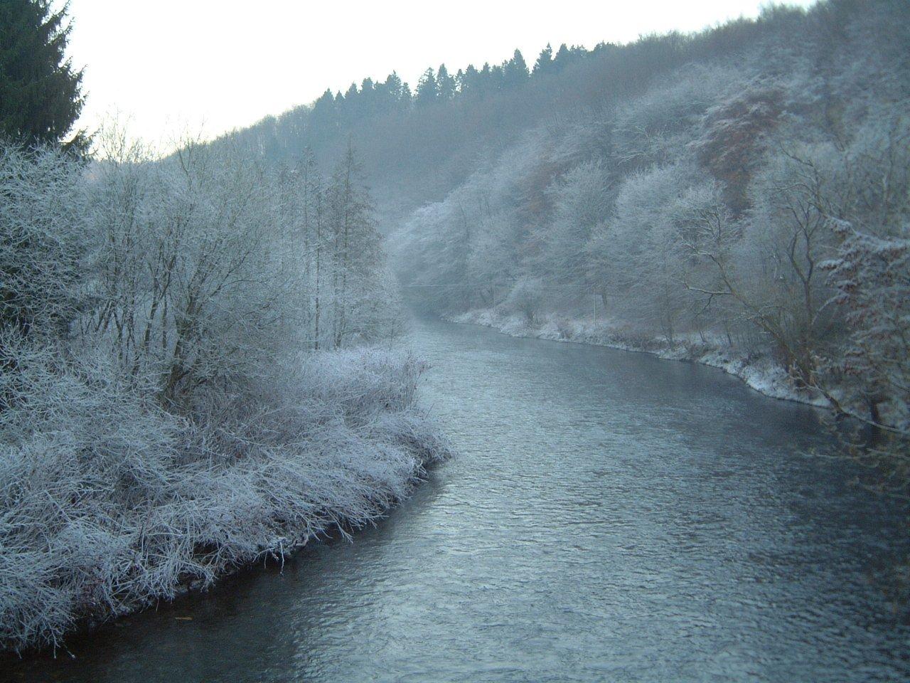 Das Bild zeigt den Fluss Wupper im Winter.