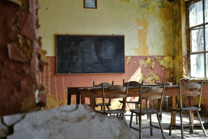 Das Bild zeigt ein altes Klassenzimmer.