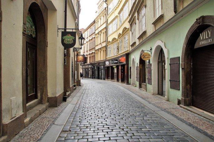 Das Bild zeigt eine verlassene Straße in Prag.