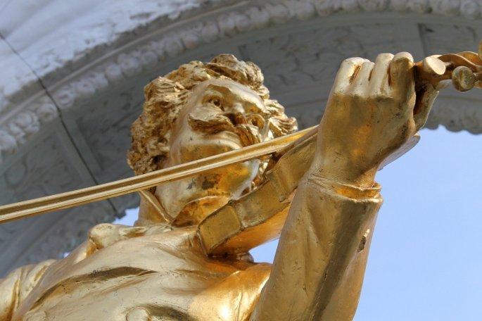 Das Bild zeigt ein Denkmal von Johann Strauss