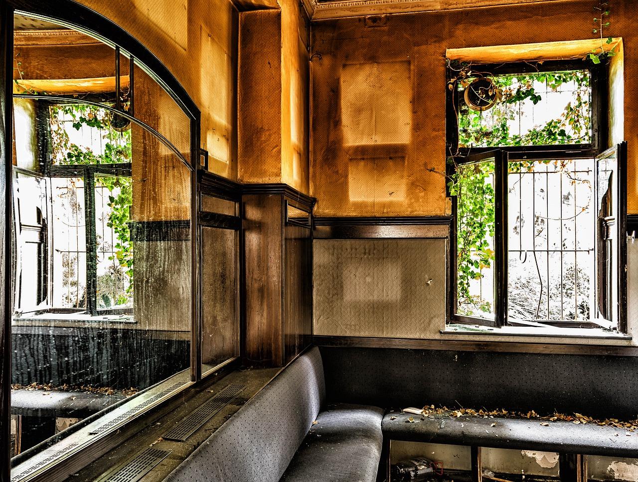 Das Bild zeigt eine aufgegebene Gastwirtschaft.